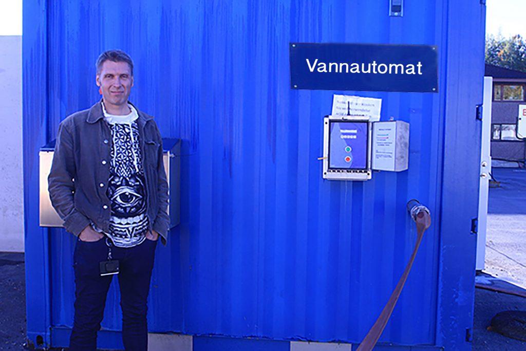 Arild Aune med vannautomaten i container